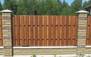 Декоративные деревянные заборы, особенности их конструкции и установки