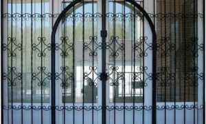 Металлические решетки на двери – виды и преимущества